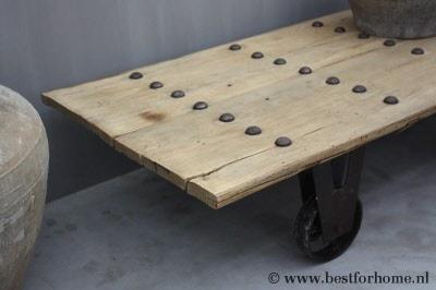 Grote stoere oud houten salontafel op wielen robuust sober landelijk bfh7700 - Houten doos op wielen ...